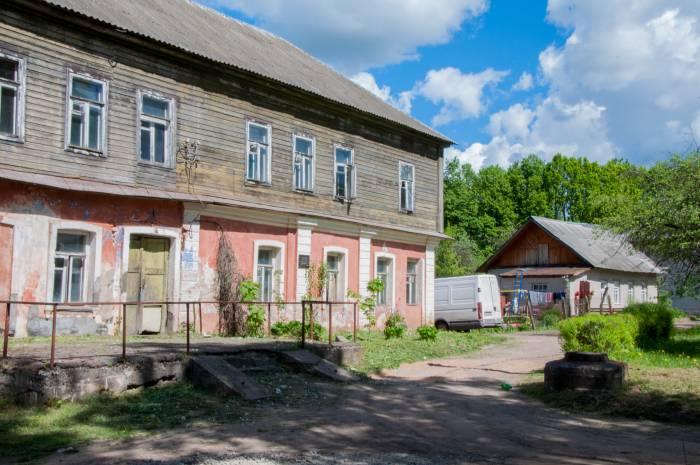 Бывшее имение Владимира Адамова (слева). Фото Анастасии Вереск