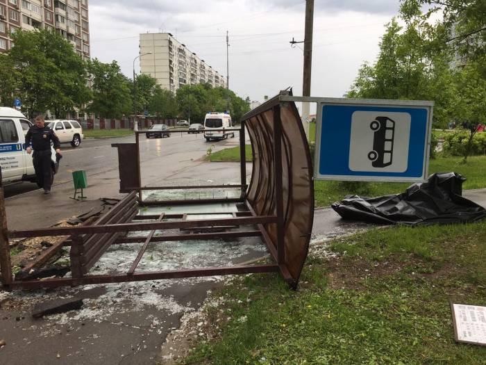Перевернуло остановку на Кировоградской улице