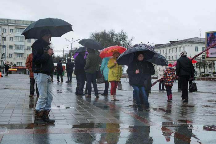 Яркими красками праздник наполняли только цветные зонты и флажки. Фото Анастасии Вереск