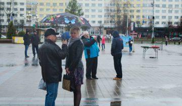 На первомайском концерте без зонтика - никак. Фото Анастасии Вереск