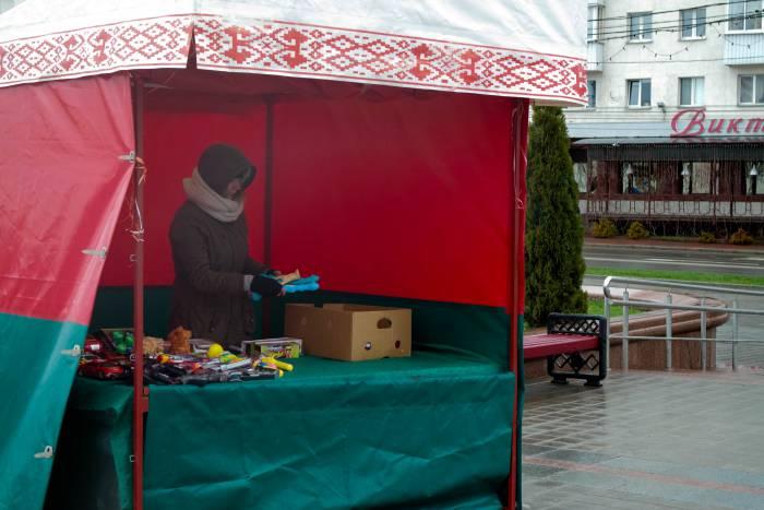 В Витебске 1 мая встречали в шапках, шарфах и теплых куртках. Фото Анастасии Вереск