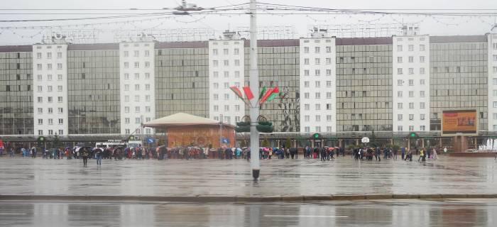 Самые стойкие жители Витебска собрались на площади около 12 часов. Фото Анастасии Вереск