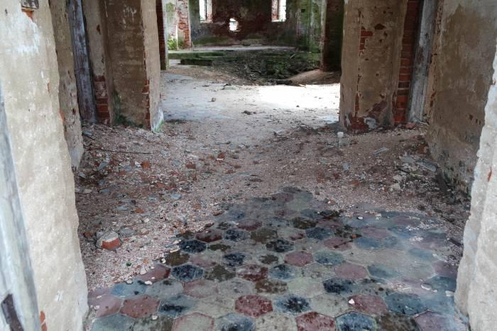 Плитка на полу в Ильинской церкви. Фото Анастасии Вереск