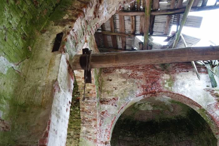 Крепления создают впечатление, что здесь раньше располагался склад. Фото Анастасии Вереск