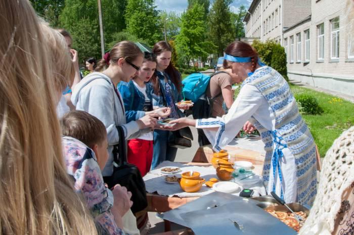 Гостей фестиваля угощали блинами. Фото Анастасии Вереск