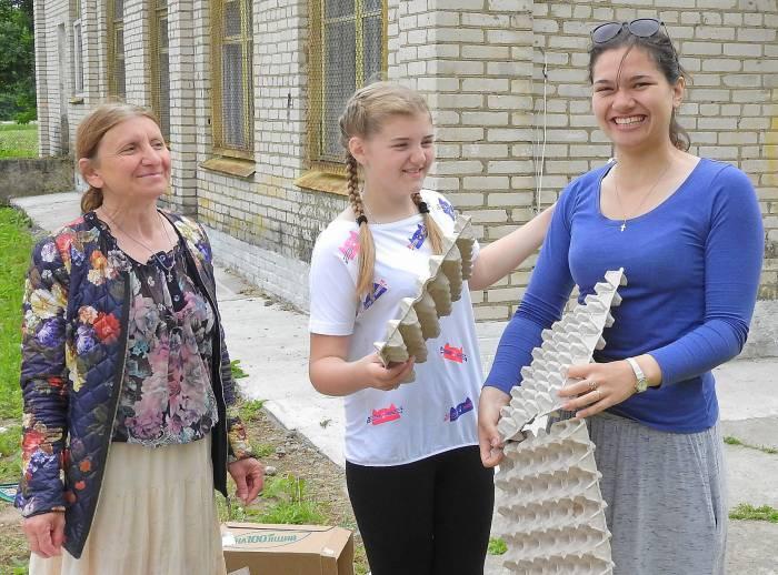 Идет подготовка к конкурсу экологического костюма. Фото Светланы Васильевой