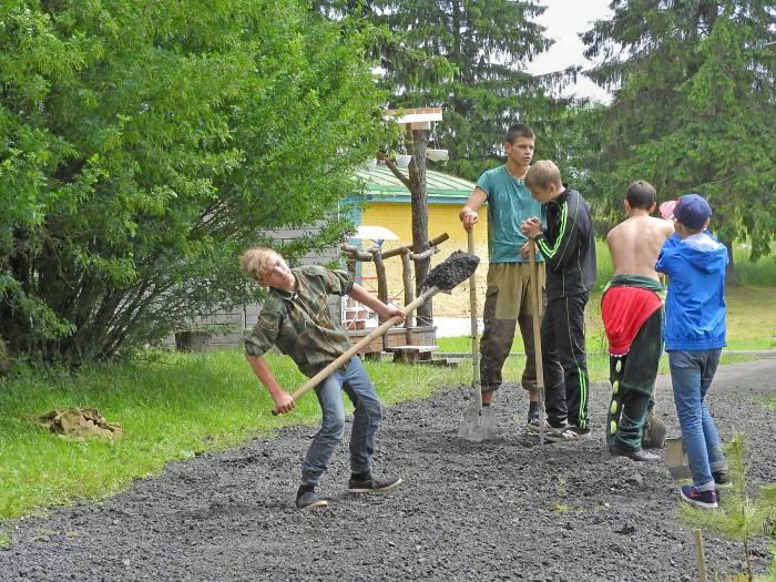 Активная помощь лагерю оказывают ребята старшего отряда. Фото Светланы Васильевой