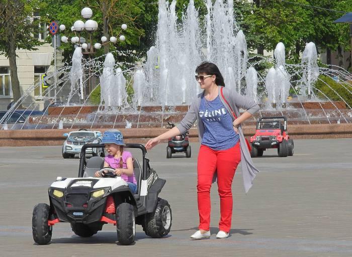 ребенок на машинке площадь Победы