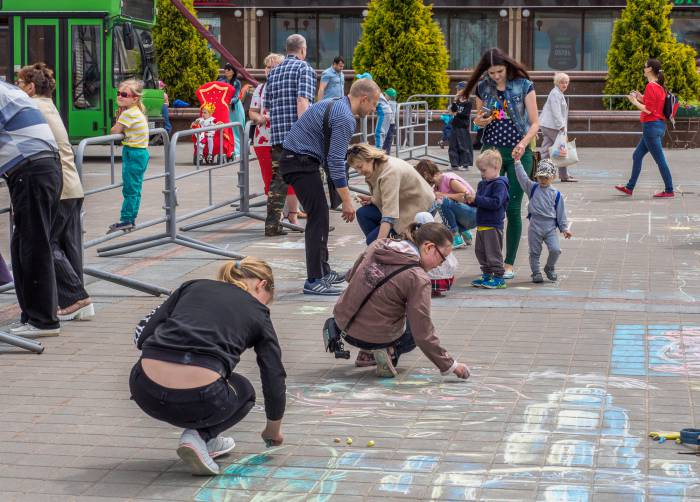 дети рисуют на асфальте
