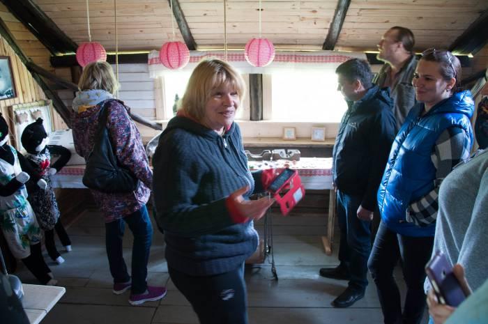 Елена с туристами из Мурманска. Фото Анастасии Вереск