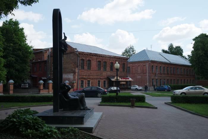 Памятник Шагалу и улица Покровская. Фото Владимира Боркова
