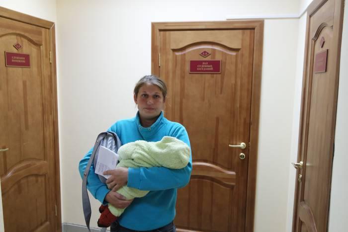 Татьяна перед дверями суда. Фото Владимира Боркова