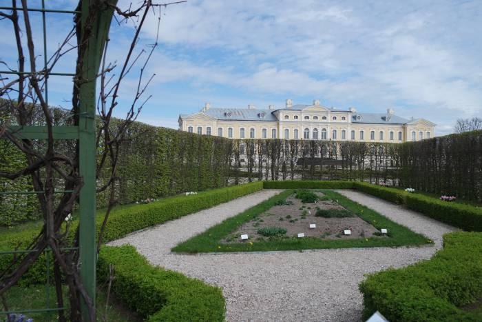 Дворец со стороны парка. Весной здесь все расцветает яркими красками. Фото Анастасии Вереск