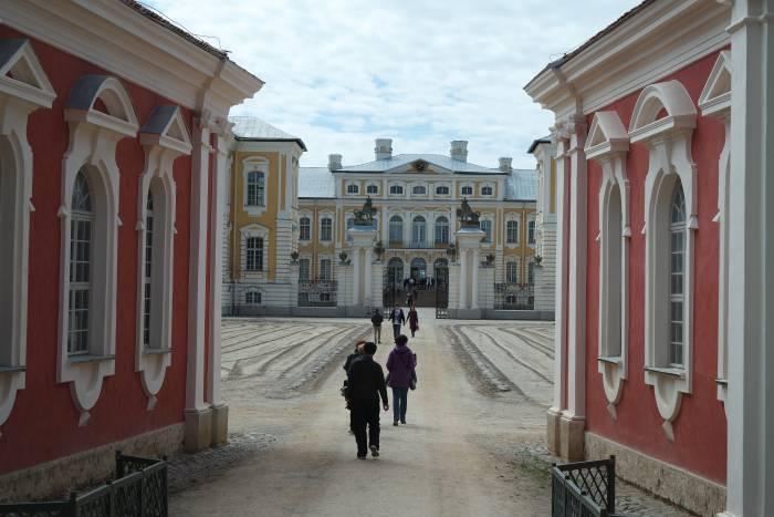 Въезд в Рундальский дворец. Фото Анастасии Вереск