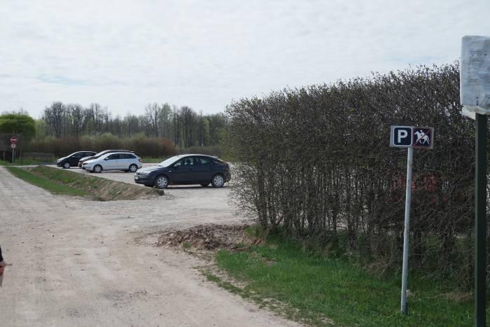 Парковка у герцогской дачи. Скакунов не парковать! Фото Анастасии Вереск
