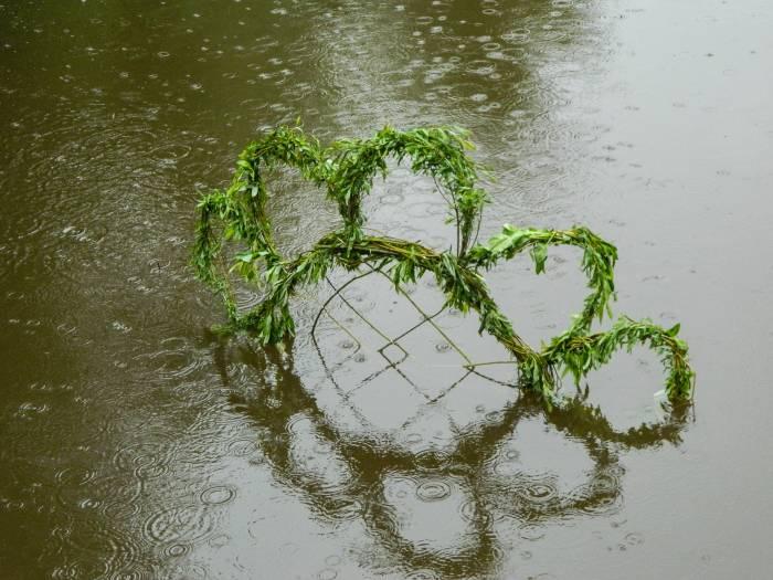 В 2016 году иногда арт-объекты располагались прямо в воде. Фото: Катерина Соль