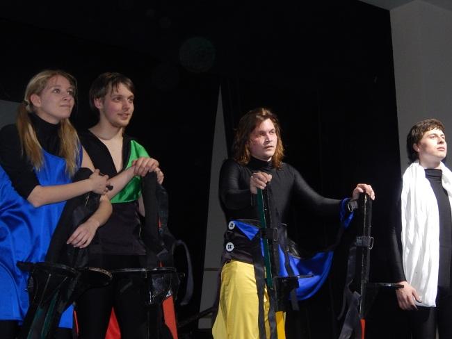 Финальная сцена спектакля, посвященного Малевичу. Фото Евгении Москвиной