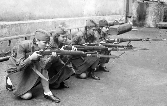 Иллюстрационное фото. Женщины обучаются стрельбе из винтовки. Москва, 1941 год. Автор: П.А. Оцуп. Фото fototelegraf.ru