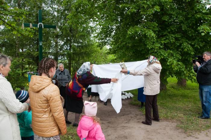 """""""Намётку"""" разворачивают прямо у креста. Фото Анастасии Вереск"""