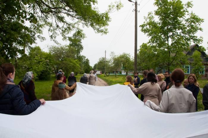 Процессия направляется через всю деревню. Фото Анастасии Вереск