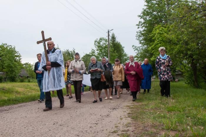 Процессия проходит через всю деревню до кладбища. Фото Анастасии Вереск