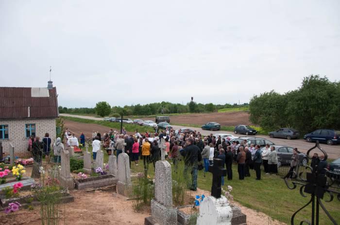 Во время мессы на кладбище. Фото Анастасии Вереск