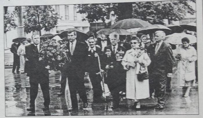 """В 2000 году парад на День независимости запомнился сильным дождем. Фото из газеты """"Витьбичи"""""""