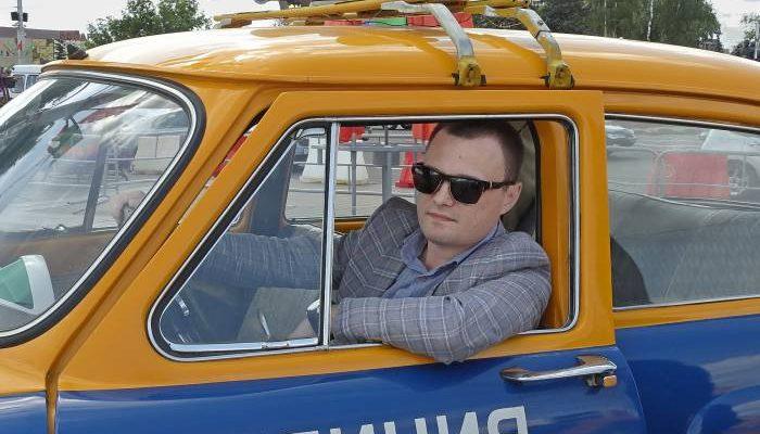 Патрульные автомобили в стиле ретро на площади Победы
