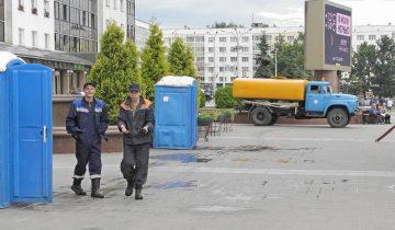 Мобильные туалетные кабины на площади Победы. Фото Светланы Васильевой
