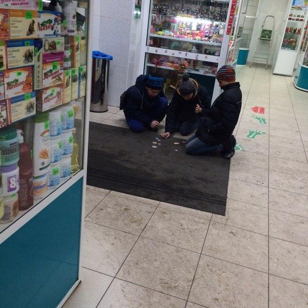 Дети играют в фишки в магазине. Фото pikabu.ru