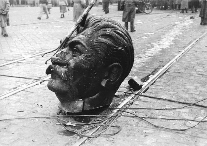 Голова разрушенной статуи Сталина. Венгерское восстание 1956 года. Фото ru.wikipedia.org