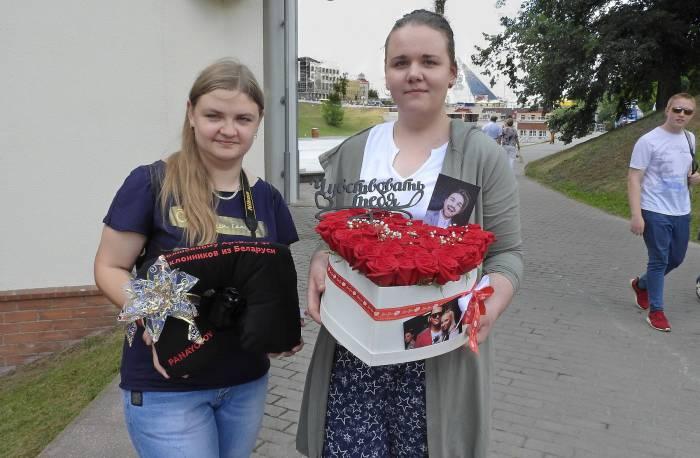 Саша и Юля с подарками для Александра Панайотова. Фото Светланы Васильевой