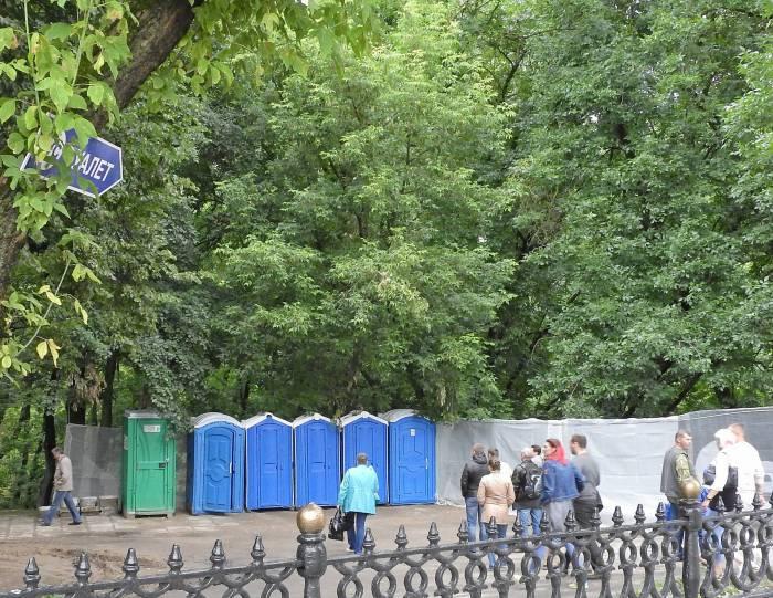 Биотуалеты в парке Фрунзе. Фото Светланы Васильевой