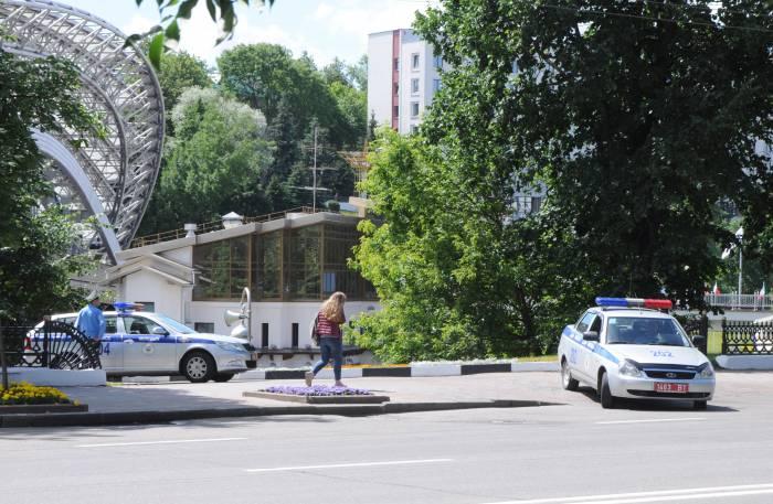 Возле амфитеатра дежурят до сих пор. Фото Анастасии Вереск