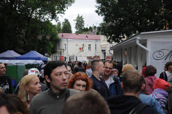 Толпа на улице Толстого. Фото Анастасии Вереск