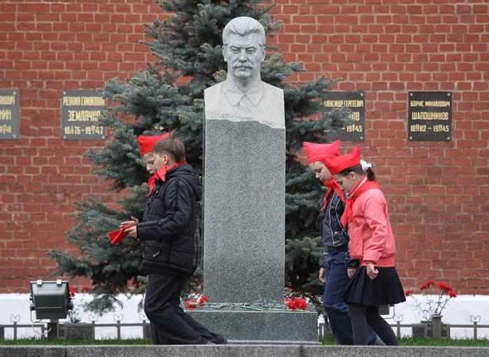 Надгробный памятник Сталину у Кремлёвской стены. 2011 год. Фото ru.wikipedia.org