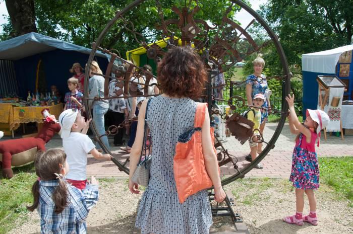 Любимое развлечение для детей - кованое колесо на Задвинье. Фото Анастасии Вереск