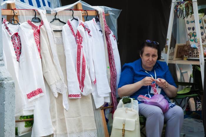Мастер вышиванки из Пинска. Фото Анастасии Вереск