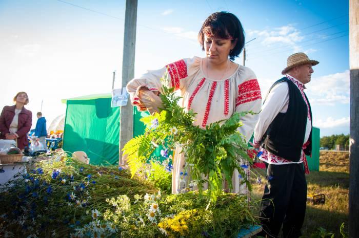 Мастерица едва справлялась с потоком желающих получить венок. Фото Анастасии Вереск
