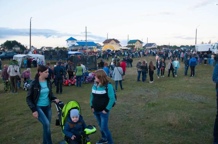 К вечеру на праздник собралось много людей. Фото Анастасии Вереск
