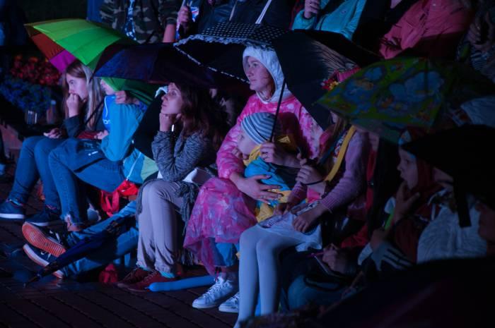 Зрители даже забыли про дождь. Фото Анастасии Вереск