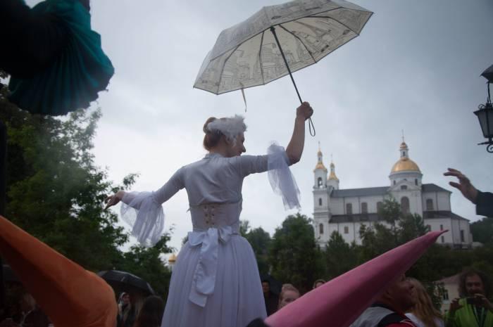 Успенский собор тоже взяли под зонтик. Фото Анастасии Вереск