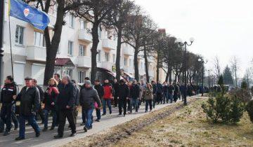 """Колонна протестующих на """"Марше тунеядцев"""" в Орше идет к исполкому. Фото Анастасии Вереск"""