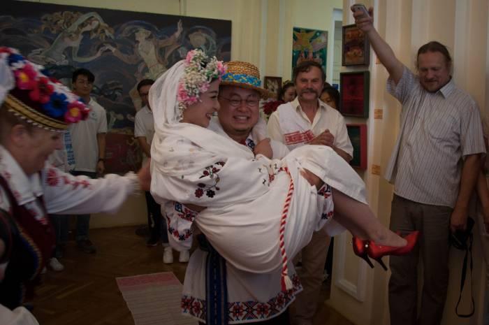 Жених должен носить на руках. Фото Анастасии Вереск