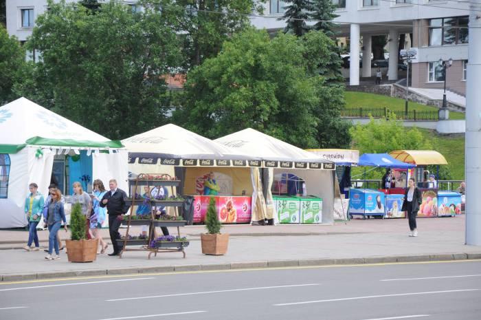 """Ряды с мороженым возле амфитеатра - один из признаков """"Славянского базара"""". Фото Анастасии Вереск"""