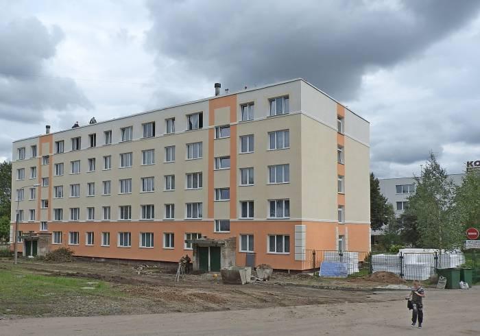 На пятом этаже общежития открыты окна - попытка высушить комнаты после затопления. 25 августа в Витебске max +18°С. Фото Светланы Васильевой