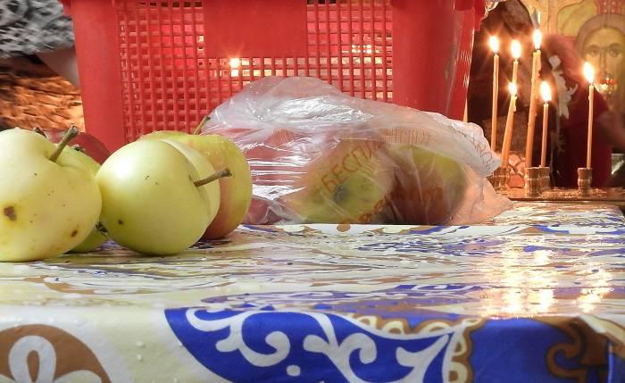 Освещенные яблоки нового урожая в Свято-Покровском кафедральном соборе Витебска. Фото Светланы Васильевой