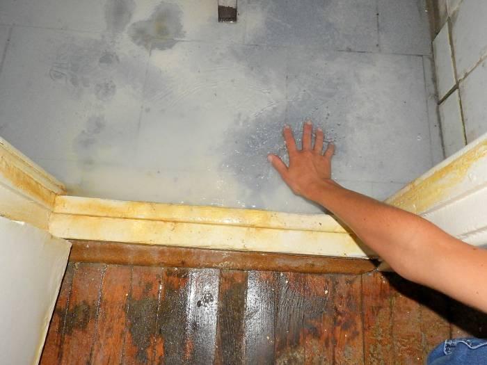 Вода так и стоит на полу душевой комнаты в жилом блоке общежития. Фото Светланы Васильевой