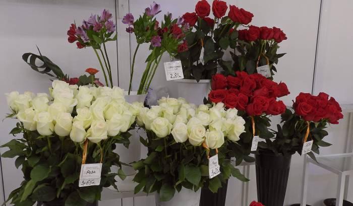 Розы, хризантемы, гвоздики и многое другое в магазине «Цветы» ТЦ «Марко-Сити». Фото Светланы Васильевой