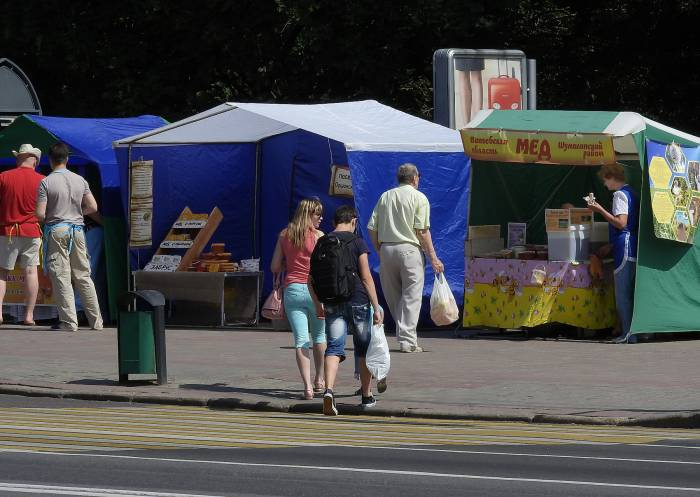 На «Медовой ярмарке», которая открылась в субботу напротив Ратуши, продукцию продают непосредственные производители. Фото Светланы Васильевой